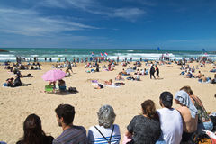 Biarritz, França - 20 de maio de 2017: Sandy Beach completamente dos povos que olham e que tomam fotos do competit surfando dos j Fotos de Stock