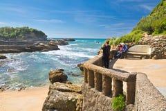 Biarritz, França - 20 de maio de 2017: turistas que admiram a beleza do seascape e que tomam fotos de Oceano Atlântico com as ond Imagem de Stock Royalty Free