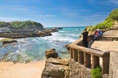 Biarritz, França - 20 de maio de 2017: turistas que admiram a beleza do seascape e que tomam fotos de Oceano Atlântico com as ond Imagens de Stock Royalty Free