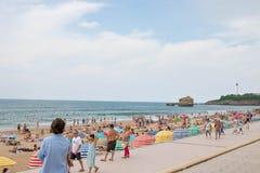 Biarritz/France-26 07 18: Massa basca di turismo di estate della spiaggia del paese di Biarritz immagine stock libera da diritti