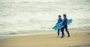 Personas que practica surf en Biarritz, Francia Foto de archivo