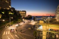 Biarritz, Francia - 7 ottobre 2017: vista superiore su vita notturna nella penombra con la scena di tramonto in città di Biarritz Fotografia Stock