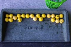 Biarritz/Francia 27 07 18: Práctica de la gama de la bandeja de la pelota de golf de Duchell con la pelota de golf del amarillo d foto de archivo