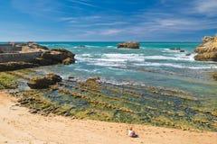 Biarritz, Frankreich - 20. Mai 2017: Frau, die auf sandigem Strand im schönen szenischen Panoramablick auf Atlantik im blauen Him Stockbilder