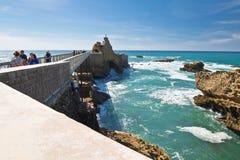 Biarritz, Frankreich - 20. Mai 2017: Leute, die touristische Anziehungskraft von Rocher de la Vierge im sonnigen blauen Himmel au Lizenzfreies Stockbild