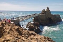 Biarritz, Frankreich - 20. Mai 2017: schöner berühmter touristischer Punkt von Rocher de la Vierge im sonnigen blauen Himmel auf  Stockfotografie