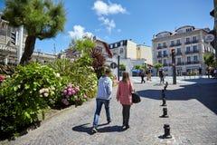 Biarritz, Frankrijk die, mensen langs de bestrating, zonnige de zomerdag lopen stock afbeelding
