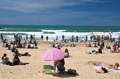 Biarritz, Frankrijk - Mei 20, 2017: zandig strandhoogtepunt van mensen die en op foto's van surfersisa wereld het surfen spelen l Stock Foto's
