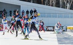 Biathletes πρίν βάζει φωτιά στη γραμμή Biathlon μέγα χλμ μάζας των ατόμων σε 18 Στοκ Εικόνες