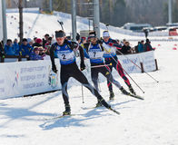 Biathletes στη μέγα μαζική έναρξη 18 χλμ των ατόμων Biathlon Στοκ φωτογραφία με δικαίωμα ελεύθερης χρήσης