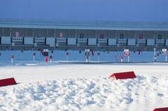 Biathlon, competencia del invierno, posiciones que tiran Foto de archivo libre de regalías