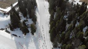 Biathlon för flyg- sikt Idrottsman nenstudenter som deltar i lokala konkurrenser Passage av avståndsgruppen av idrottsman nen in lager videofilmer