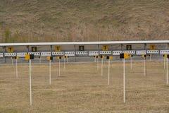 Biathlonschießstandfeld im Frühjahr Stockbilder