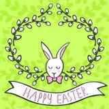 Biały elegancki królik w wierzbowym wianku na zielonej wiosny wakacyjnej Wielkanocnej karcie z życzeniami Zdjęcia Royalty Free