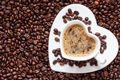 Biały filiżanki serce kształtujący z cappucino Zdjęcie Royalty Free