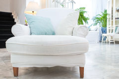 Biały karło z poduszką w żywym pokoju, rocznika styl Obrazy Stock