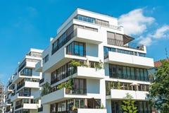 Biały nowożytny mieszkanie dom Zdjęcia Stock