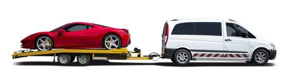 Biały samochód dostawczy holuje sportowego samochód Obraz Stock