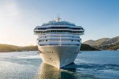 Biały statek wycieczkowy od przodu Fotografia Stock