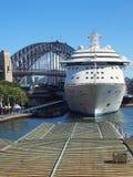 Biały statek wycieczkowy, Sydney schronienie Zdjęcie Royalty Free