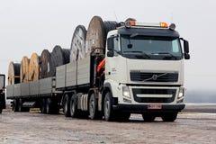 Biały Volvo FH i władza Kablowi bębeny na przyczepie Zdjęcia Royalty Free