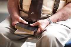 Bibbia anziana della tenuta dell'uomo Immagine Stock Libera da Diritti