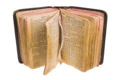 Bibbia aperta dell'annata isolata con il percorso cliping. Fotografie Stock