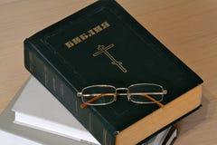 Bibbia chiusa con i vetri russo Fotografie Stock Libere da Diritti