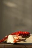 Bibbia con la croce rossa Immagine Stock