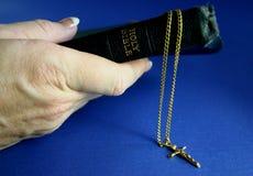 Bibbia della holding della mano Fotografie Stock