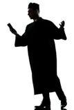 Bibbia della lettura della siluetta del sacerdote dell'uomo Immagine Stock Libera da Diritti