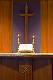 Bibbia e candele sull'altare Fotografie Stock Libere da Diritti