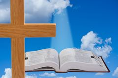 Bibbia e cielo Fotografia Stock