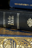 Bibbia e Koran (Qur'an) e libro del Mormone Fotografia Stock Libera da Diritti