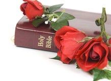 Bibbia e rose Fotografie Stock