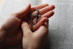 Bibbia e traversa Fotografia Stock Libera da Diritti