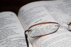 Bibbia e vetri di lettura immagine stock libera da diritti