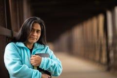 Bibbia ispana della tenuta della donna sul ponte fotografia stock libera da diritti