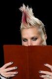 Bibbia punk della lettura della ragazza Immagine Stock Libera da Diritti