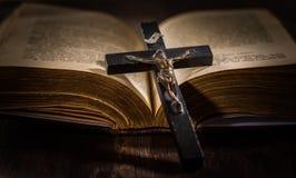 Bibbia santa con l'incrocio di legno fotografia stock libera da diritti