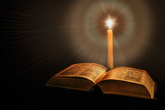 Bibbia santa con la candela Fotografia Stock Libera da Diritti