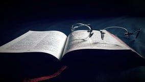 Bibbia santa con lo spettacolo fotografie stock libere da diritti