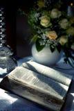 Bibbia santa e fiori sull'altare nella chiesa Fotografie Stock