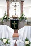 Bibbia santa e fiori sull'altare nella chiesa Fotografia Stock