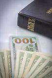 Bibbia santa e soldi Fotografia Stock Libera da Diritti