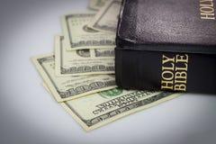 Bibbia santa e soldi Fotografie Stock