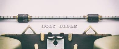 BIBBIA SANTA in lettere maiuscole su uno strato della macchina da scrivere Fotografia Stock