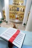 Bibbia santa ortodossa sulla tabella Immagine Stock