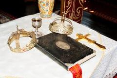 Bibbia santa sull'altare Immagini Stock