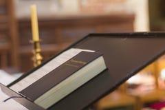Bibbia santa sulla chiesa cristiana Perth Australia del quadro di comando del piedistallo piacevole immagini stock libere da diritti